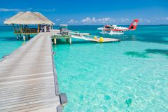 Ari Atoll, Maldivas - 05 05 2018: O hidroavião de Maldivas no recurso luxuoso, molhe de madeira que carrega o plano, apronta-se p fotografia de stock