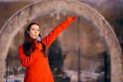 Aria aperta dei canti natalizii di canto della ragazza di Natale nell'orario invernale fotografie stock