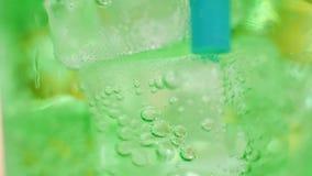 Aria bolla dentro vetro dell'acqua verde scintillante stock footage