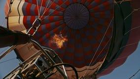 Aria calda che brucia all'aerostato Durante il volo video d archivio