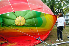 Aria calda del materiale di riempimento della donna in aerostato Fotografia Stock Libera da Diritti