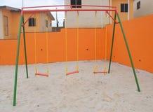 Aria del gioco fra le costruzioni di alloggio sociali in Costa d'Avorio Fotografie Stock