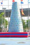 Aria di plastica alta rampicante dentro il giocattolo per la scalata, all'aperto Immagini Stock