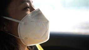 Aria non sana d'uso della maschera di protezione di inquinamento della donna asiatica video d archivio