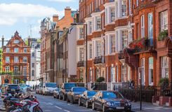 Aria residenziale di Mayfair con la fila delle costruzioni periodiche Proprietà di lusso nel centro di Londra Fotografie Stock