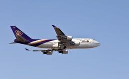 Aria tailandese Boing 747 in aria Fotografia Stock Libera da Diritti