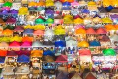 Arial视图在五颜六色的周末在附近的市场的屋顶上面 免版税库存图片