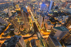 Arial视图城市街市与被互换的火车站 图库摄影