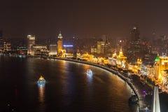 Arial που πυροβολείται του ορίζοντα της Σαγκάη Pudong τή νύχτα Ένα μακρύ παραθυρόφυλλο με τα όμορφα φω'τα νέου της πόλης Κοίταγμα Στοκ Εικόνες