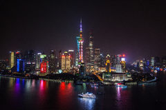 Arial сняло горизонта Шанхая Пудуна к ноча Длинная штарка с красивыми неоновыми светами города Рассматривать Huangp стоковые фото