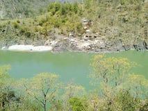 Arial-Ansicht von Fluss und von Berg lizenzfreies stockbild