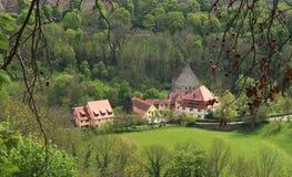 Arial-Ansicht von historischen Gebäuden durch die Bäume stockfoto