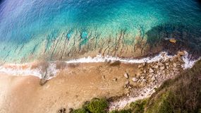 Arial-Ansicht von Ozean mit zusammenstoßenden Wellen stockfotografie