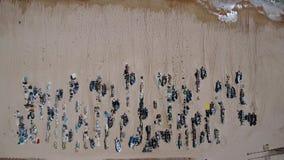 Arial Barcos y trastos de pesca en la playa de Monte Gordo Visión desde el cielo almacen de metraje de vídeo