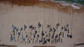Arial Barcos y trastos de pesca en la playa de Monte Gordo Visión desde el cielo almacen de video