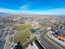 Arial-Foto des Bereichs, der einen Park umgibt Stockbild