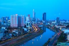 Arial-Nachtansicht an Vl Van Kiet Highway in Ho Chi Minh-Stadt Lizenzfreie Stockfotos