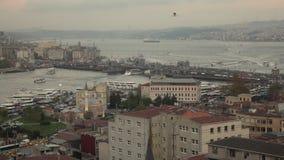 Arial panorama- cityscape av Istanbul till Bosphorus med skepptrafik, den Galata bron och byggnad på den soliga solnedgången lång stock video