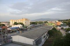 Arial ruchu drogowego i widoku droga Ang Sila miasto od hotelu w półmroku Fotografia Stock