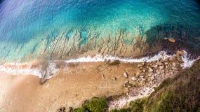 Arial sikt av havet med att krascha vågor arkivbild