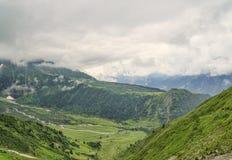 Arial sikt som gör grön den Allpine dalen Arkivfoto