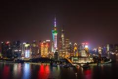 Arial strzelał Shanghai Pudong linia horyzontu nocą Długa żaluzja z pięknymi neonowymi światłami miasto Patrzeć nad Huangp Zdjęcie Royalty Free