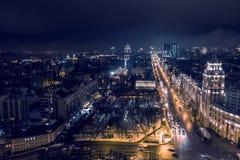 Arial widok nocy miasto Voronezh, wieczór pejzaż miejski z drogami, parkami i ruchem drogowym, trutnia strzał fotografia stock