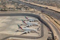 Arialmening van drie de Luchtvaartlijnvliegtuigen van Emiraten die op de luchthaven van Doubai worden geparkeerd stock fotografie