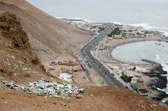 ARICA, CHILE, 2017-01-26: Ansicht zum Abfall in der Wüste in mou lizenzfreie stockbilder