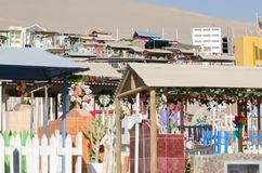 ARICA, CHILE, 2017-01-25: cementerio colorido en el desierto - clos Imágenes de archivo libres de regalías