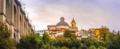 Ariccia-Brücke und panoramischer horizontaler Rom-Vorort der Dorfskyline in Lazio auf Castelli Romani stockfotografie