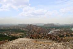 Ariealmening van de ketting van heuvels van Hampi van het noordenkant van Matanga-Heuvel, Hampi, Karnataka Heilig Centrum De Anje stock fotografie