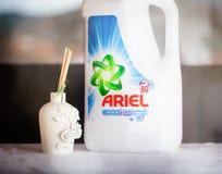 Ariel é um produto do detergente para a roupa o tipo de capitânia do corporaçõ de Procter & Gamble ele imagens de stock royalty free
