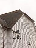 Ariel ТВ и черные блюда неба прикрепленные к дому выбирая вверх r Стоковые Изображения RF