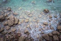 Ariel widok przejrzysta jasna woda morska z ska?ami, pi?kny natury t?o fotografia stock
