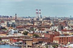 Arielmening aan Brooklyn in New York met bruggen en elektrische centrale Stock Afbeelding