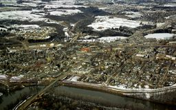 Aérien - la Communauté avec le fleuve Image stock