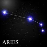 Aries Zodiac Sign avec de belles étoiles lumineuses sur le fond Images libres de droits