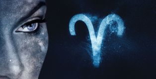 Aries Zodiac Sign Bakgrund för himmel för astrologikvinnanatt royaltyfria bilder