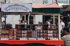Ariety av teer på försäljning ett stånd i Portobello vägmarknad, arkivfoto