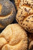 Ariety de los rollos de pan, cierre para arriba, composición vertical Imagenes de archivo