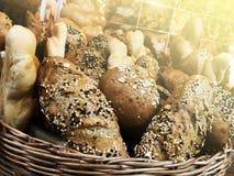Ariety des produits de cuisson sur la table en bois images stock