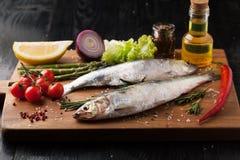 Aringa del pesce fresco con le spezie, il limone ed il sale Fotografie Stock
