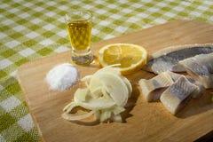 Aringa del raccordo con la cipolla ed il limone Fotografia Stock