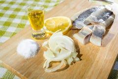 Aringa del raccordo con la cipolla ed il limone Fotografie Stock