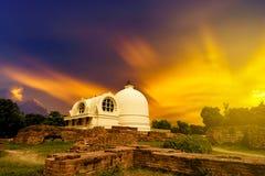 Arinirvana Stupa ist Buddhistmarkstein der öffentlichen Verehrung stockfoto