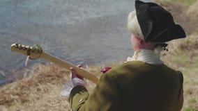 Aristocratico con una chitarra sul lago azione Il concetto di conservazione della musica classica video d archivio