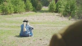 Aristocratico solo che si siede sull'erba nel parco azione Il concetto di solitudine sempre video d archivio