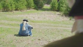 Aristocratico solo che si siede sull'erba nel parco azione Il concetto di solitudine sempre stock footage