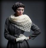 Aristokratisk autentisk dam. Stilfull kvinna i moderiktigt Autumn Outwear dagdrömma.  Elegans Arkivfoto